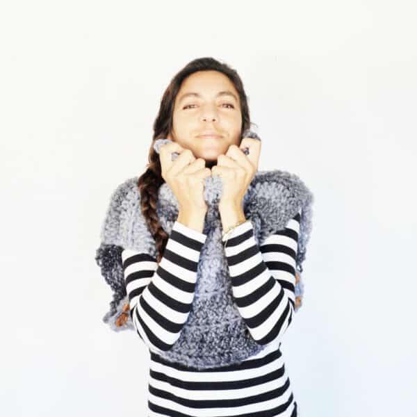 chaleco sin mangas y cuello alto en crochet